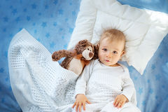 Un bébé an avec un ours de nounours Photo libre de droits