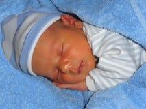 Un bébé doux dort gentiment photo libre de droits