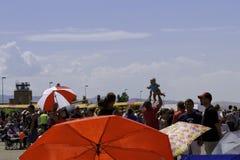 Un bébé est par espièglerie jeté dans l'air au-dessus d'une foule Images stock