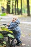 Un bébé garçon an en parc d'automne Photos stock