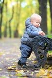 Un bébé garçon an en parc d'automne Images libres de droits