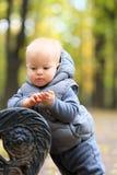 Un bébé garçon an en parc d'automne Photographie stock libre de droits