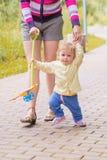 Un bébé marche avec la maman Photo libre de droits
