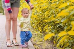 Un bébé marche avec la maman Images libres de droits