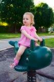Un bébé sur la cour de jeu Photo libre de droits