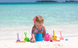 Un bébé sur la plage Images libres de droits