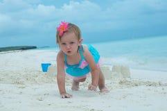 Un bébé sur la plage Photographie stock