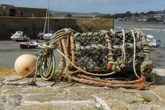 Un bac de langoustine vide sur le mur de port. Photos stock