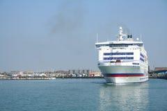 Un bac part du port Image libre de droits