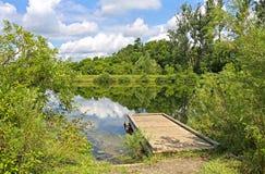 Un bacino di legno su un lago Immagini Stock Libere da Diritti