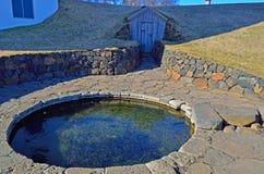 Un bagno privato sviluppato sopra una sorgente di acqua calda In una casa privata, l'Islanda fotografie stock