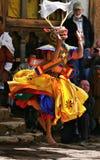 Un bailarín con la máscara colorida fotografía de archivo