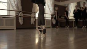 Un bailarín de ballet joven está en el pasillo de danza Poca bailarina está caminando de puntillas Bailarinas jovenes detrás de l almacen de metraje de vídeo