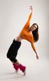 Un bailarín de sexo femenino caucásico joven en ropa deportiva Imagen de archivo