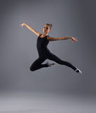 Un bailarín de sexo femenino joven cogió en un salto fotos de archivo libres de regalías