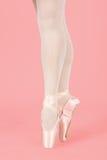 Un bailarín de ballet que se coloca en los dedos del pie mientras que baila conversi artístico Foto de archivo libre de regalías