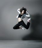 Un baile de la mujer de los jóvenes y del ajuste en ropa deportiva Foto de archivo libre de regalías