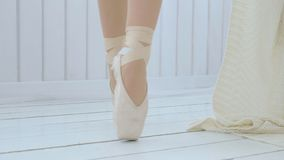 Un baile de salón de baile practicante de la chica joven en un cuarto acogedor brillante almacen de metraje de vídeo