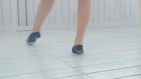 Un baile de sal?n de baile practicante de la chica joven en un cuarto acogedor brillante metrajes