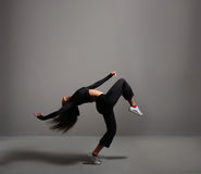 Un baile trigueno de la mujer de los jóvenes y del ajuste en ropa deportiva Fotos de archivo