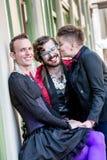 Un baiser parmi trois amis de fluide de genre Photographie stock libre de droits