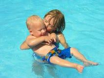 Un baiser pour le petit frère Images stock