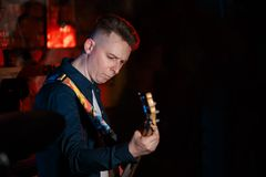 Un bajista juega en un concierto vivo Imagen de archivo libre de regalías