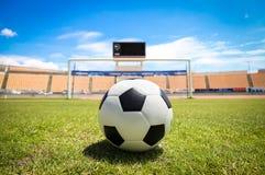 Un balón de fútbol delante de la meta Fotografía de archivo libre de regalías