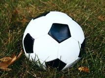 Un balón de fútbol de los deportes fotos de archivo