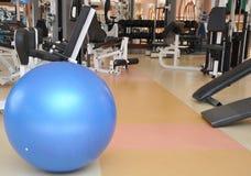 Un bal azul del balance de la aptitud Foto de archivo