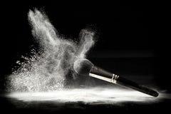 Un balai de poudre et une poudre desserrée blanche Image libre de droits