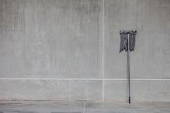 Un balai sale s'est penché sur le mur de ciment Photos libres de droits