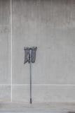 Un balai sale s'est penché sur le mur de ciment Photographie stock