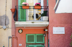 Un balcón colorido en Italia fotos de archivo