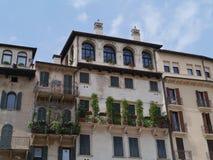 Un balcón de una casa antigua en Verona en Italia Imagenes de archivo