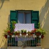 Un balcon avec les pots et la blanchisserie, Salerno Photographie stock libre de droits