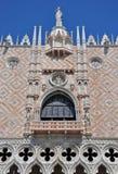 Un balcone e una parete del palazzo nel quadrato del contrassegno della st Fotografia Stock Libera da Diritti