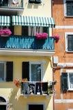 Un balcone variopinto in Italia immagini stock
