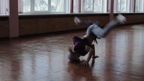 Un ballerino professionista femminile della rottura che esegue nello studio di ballo, la siluetta scura della ragazza di dancing stock footage