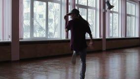 Un ballerino professionista femminile della rottura che esegue nello studio di ballo, la siluetta scura della ragazza di dancing video d archivio