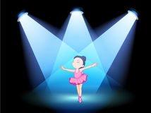 Un ballet de danse de petite fille avec des projecteurs Image stock