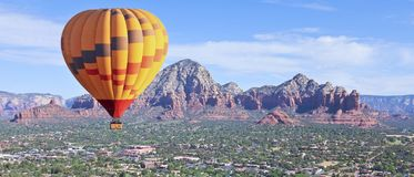 Un ballon à air chaud monte au-dessus de Sedona, Arizona photos libres de droits