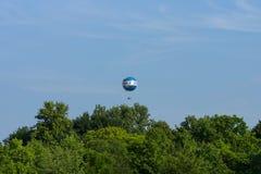 Un ballon avec des touristes au-dessus du parc de ville de Tiergarten au centre de Berlin Photo libre de droits