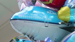 Un ballon d'avion de KLM flotte dans un groupe de ballons à l'aéroport de Schiphol banque de vidéos