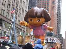 Un ballon de Dora l'exploratrice au défilé de jour de thanksgiving de Macy's Photos stock