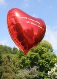 Un ballon rouge avec des ces fous d'…still gentil de fond après tout years… photos stock