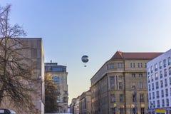 Un ballon vole au-dessus des rues de ville Photo stock