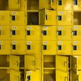 Un baloncesto en armario amarillo Diseño amarillo del armario fotografía de archivo libre de regalías