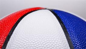 Un baloncesto multicolor que gira metrajes