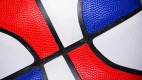 Un baloncesto multicolor que gira almacen de video